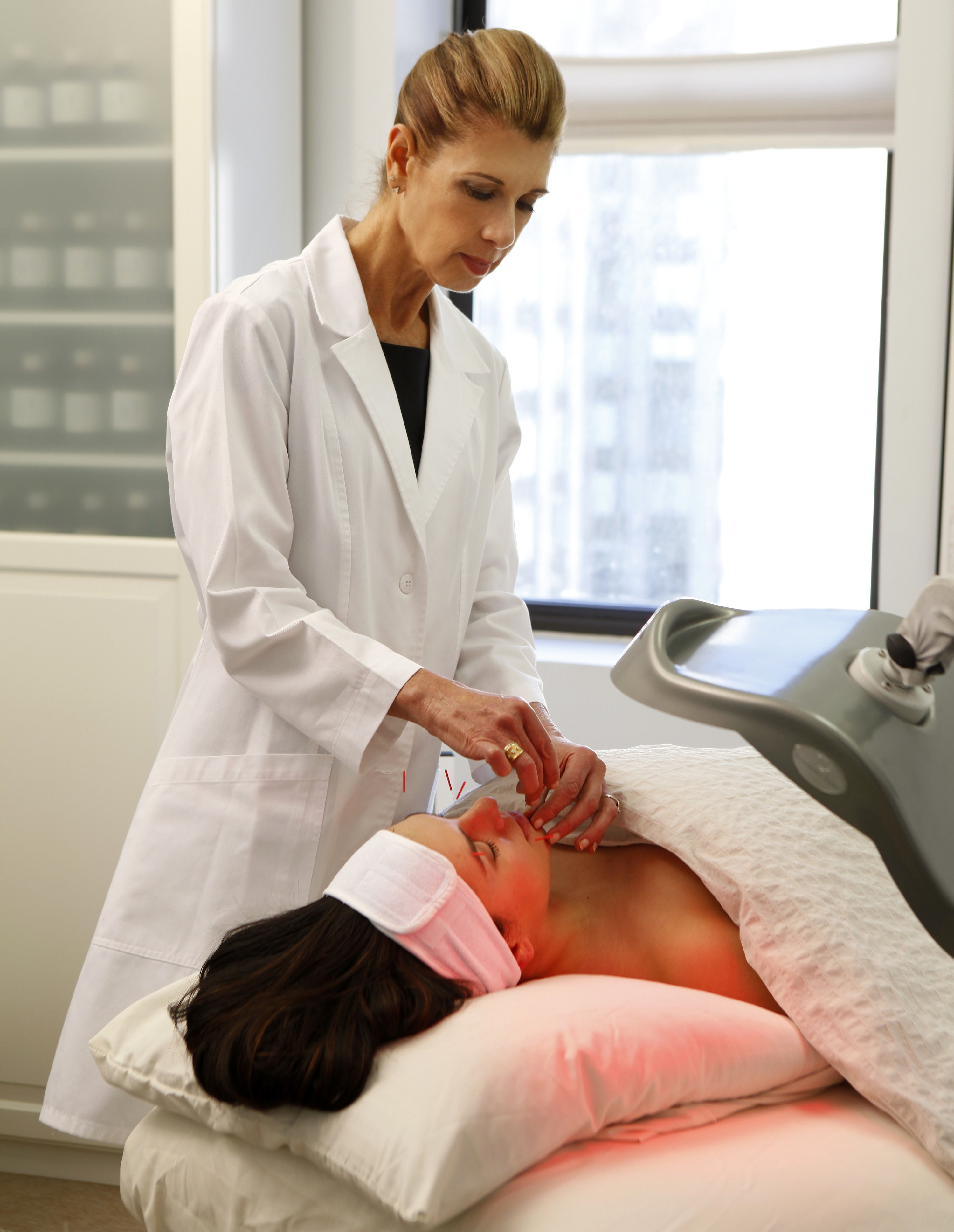 image: Shellie Goldstein performs an AcuFacial