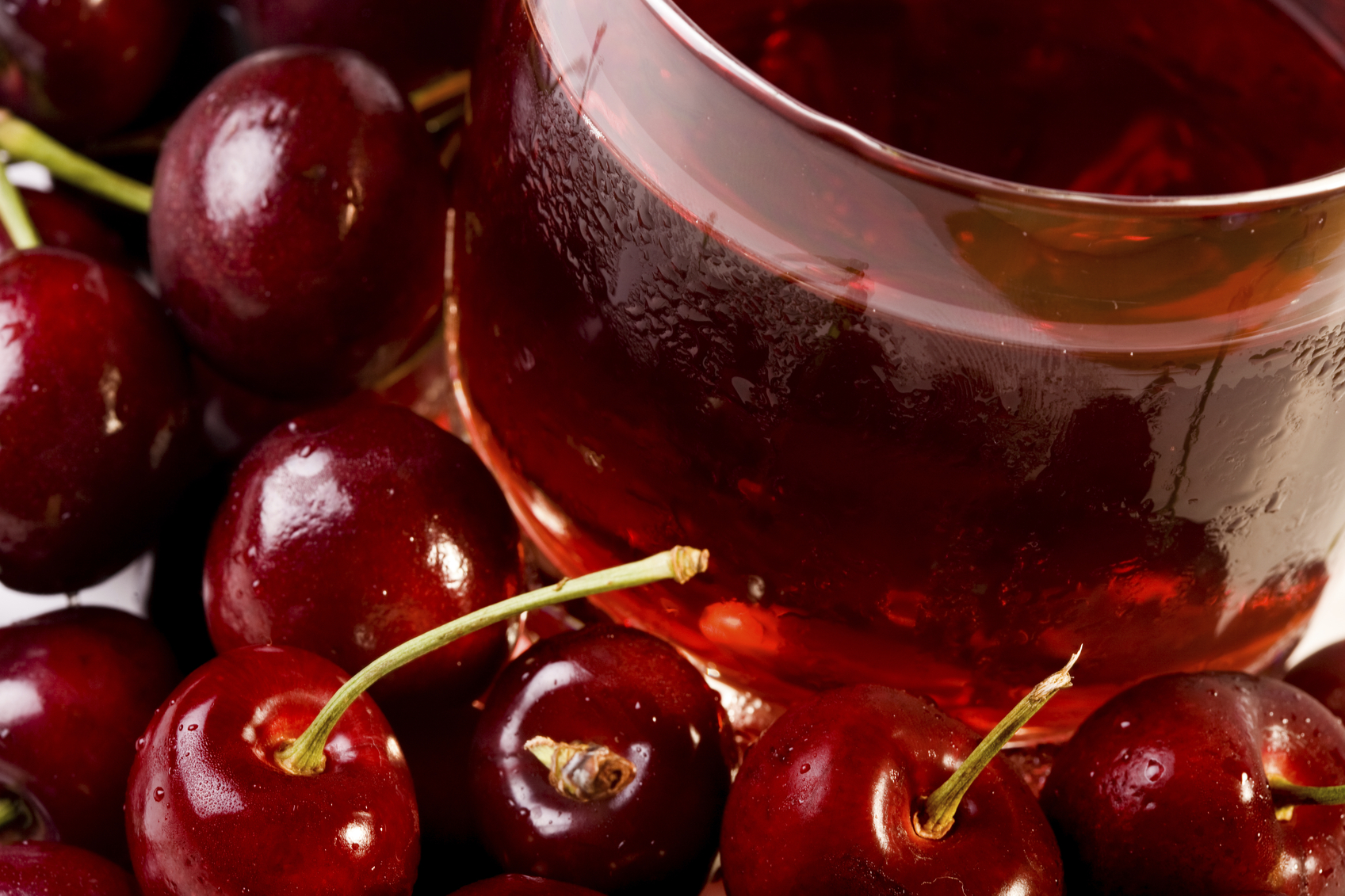 A cup of cherry juice per day can keep sleep troubles at bay image: djordjez