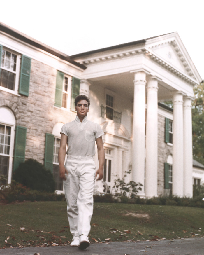 MEMPHIS, TN - CIRCA 1957: Rock and roll singer Elvis Presley strolls the grounds of his Graceland estate in circa 1957. (Photo by Michael Ochs Archives/Getty Images)